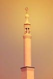 O minarete da mesquita de Jumeirah iluminado na noite na praia de Jumeirah, UAE o 21 de julho de 2017 Imagens de Stock Royalty Free