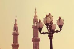 O minarete de claro antigo da mesquita e da rua de Jumeirah iluminado próximo na noite na praia de Jumeirah, UAE o 21 de julho de Fotos de Stock Royalty Free