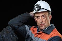 O mineiro de carvão guarda para fora um grande pedaço de ricos da energia foto de stock