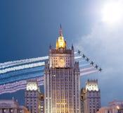 O Ministério dos Negócios Estrangeiros dos aviões militares da Federação Russa e do russo voa na formação, Moscou Imagens de Stock