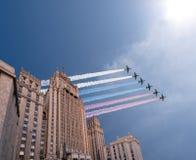 O Ministério dos Negócios Estrangeiros dos aviões militares da Federação Russa e do russo voa na formação, Moscou Fotografia de Stock Royalty Free