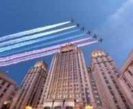 O Ministério dos Negócios Estrangeiros dos aviões militares da Federação Russa e do russo voa na formação, Moscou, Rússia Imagens de Stock