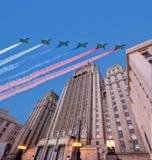 O Ministério dos Negócios Estrangeiros dos aviões militares da Federação Russa e do russo voa na formação, Moscou, Rússia Foto de Stock