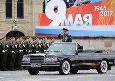 O ministro da Defesa de Rússia Sergey Shoigu toma a parada no quadrado vermelho em Victory Day Fotos de Stock