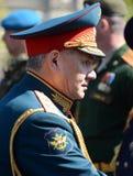 O ministro de defesa do russo, general Sergei Shoigu do exército, deu boas-vindas aos oficiais após o ensaio geral de parada mili Imagem de Stock