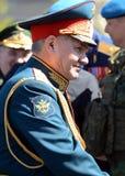 O ministro de defesa do russo, general Sergei Shoigu do exército, deu boas-vindas aos oficiais após o ensaio geral de parada mili Foto de Stock