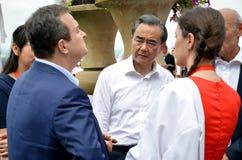 O ministro de Negócios Estrangeiros de China Wang Yi fala ao ministro de Negócios Estrangeiros da república da Sérvia Ivica Dacic Imagem de Stock