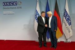 O Ministro dos Negócios Estrangeiros federal Dr Frank-Walter Steinmeier dá boas-vindas a Michael Link imagens de stock royalty free