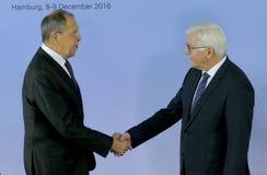 O Ministro dos Negócios Estrangeiros Dr Frank-Walter Steinmeier do alemão dá boas-vindas a Sergey Lavrov Fotos de Stock Royalty Free