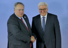 O ministro Dr Frank-Walter Steinmeier dá boas-vindas a Nikos Kotzias imagem de stock royalty free