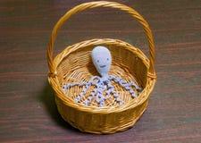 Ośmiornicy zabawka w koszu Zdjęcia Royalty Free