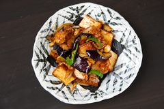 O miso fritado grosso Seasoned do tofu e da beringela frita mexendo fotos de stock royalty free