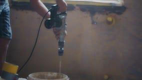 O misturador bonde mistura o cimento em uma cubeta em um canteiro de obras vídeos de arquivo