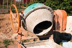 O misturador concreto contra a areia, interfere com, concreto para a construção imagens de stock royalty free