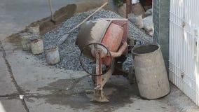 o misturador concreto mistura a solução do cimento na rua vídeos de arquivo