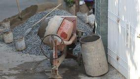 o misturador concreto mistura a solução do cimento na rua video estoque