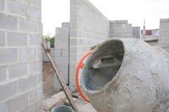 O misturador de cimento alaranjado novo em um canteiro de obras Imagem de Stock