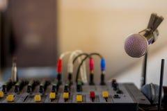 O misturador e o microfone audio velhos fotos de stock