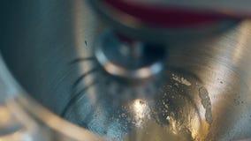 O misturador mistura ovos e açúcar na bacia para preparar o creme do bolo vídeos de arquivo