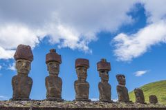 7 o moai di Ahu Nau Nau imagem de stock royalty free