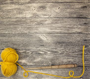 O mocap excelente com uma bola das lãs rosqueia em um fundo de madeira Foto de Stock
