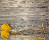 O mocap excelente com uma bola das lãs rosqueia em um fundo de madeira Imagem de Stock Royalty Free
