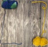 O mocap excelente com uma bola das lãs rosqueia em um fundo de madeira Foto de Stock Royalty Free