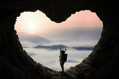 O mochileiro na caverna aprecia o Mountain View imagens de stock