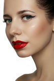 O modelo bonito com os bordos retros vermelhos brilhantes prepara Imagens de Stock Royalty Free