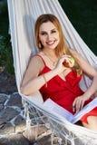 O modelo bonito da mulher com cabelo louro longo encontra-se em um rel da rede Imagem de Stock Royalty Free