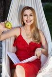 O modelo bonito da mulher com cabelo louro longo encontra-se em um rel da rede Foto de Stock Royalty Free