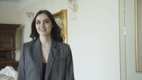 O modelo bonito sedutor anda anunciando a roupa cara 4K filme