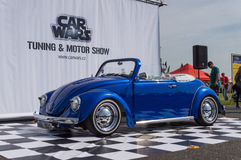 O modelo clássico do carro no carro guerreia ajustamento & exposição automóvel Fotos de Stock Royalty Free