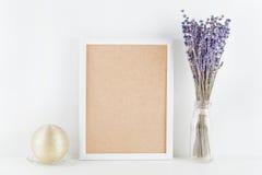 O modelo da alfazema decorada moldura para retrato floresce no vaso na mesa de trabalho branca com espaço limpo para o texto e pr Fotografia de Stock Royalty Free