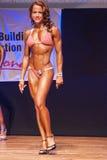 O modelo da figura fêmea mostra seu melhor no campeonato na fase Fotografia de Stock