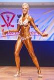 O modelo da figura fêmea mostra seu melhor no campeonato na fase Foto de Stock Royalty Free