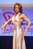 O modelo da figura fêmea no vestido de noite mostra seu melhor Fotografia de Stock Royalty Free