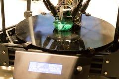 o modelo da impressão da impressora 3D objeta usando o processo aditivo Fotografia de Stock Royalty Free