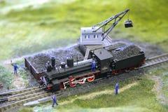 O modelo da locomotiva de vapor é carregado pelo carvão fotografia de stock royalty free