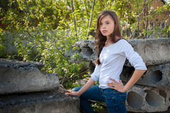 o modelo da menina está as mãos nos quadris em uma cremalheira perto do engodo Fotografia de Stock