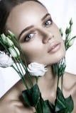 O modelo de forma calmo Woman da beleza enfrenta Retrato com a flor de Rosa branca Fotografia de Stock Royalty Free