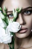 O modelo de forma calmo Woman da beleza enfrenta Retrato com a flor de Rosa branca Foto de Stock