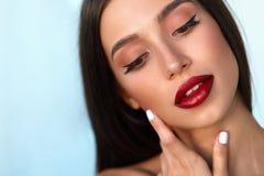 O modelo de forma Girl With Beauty enfrenta, composição bonita, bordos vermelhos foto de stock royalty free
