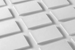 O modelo de pilhas horizontais dos cartões arranjou nas fileiras em w Foto de Stock