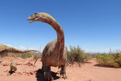 O modelo de um dinossauro na areia fotos de stock royalty free