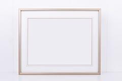 O modelo denominou a fotografia conservada em estoque com quadro do ouro da paisagem Imagem de Stock Royalty Free