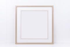 O modelo denominou a fotografia conservada em estoque com quadro quadrado do ouro Fotos de Stock Royalty Free