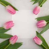 O modelo do aniversário ou do casamento com lista do Livro Branco, tulipa cor-de-rosa floresce na opinião superior do fundo azul  Imagens de Stock Royalty Free