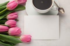 O modelo do aniversário ou do casamento com lista do Livro Branco, tulipa cor-de-rosa floresce no fundo azul Cartão bonito do dia Foto de Stock Royalty Free