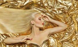 O modelo do penteado, forma o penteado reto longo, mulher do ouro Imagens de Stock Royalty Free